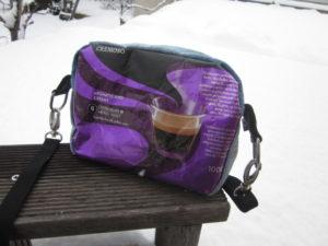 Jeans und Kaffeepackung - Tasche
